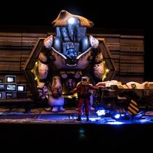 mech réparation diorama table futuriste scifi mech diorama cyberpunk dystopique