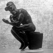 social pensador mesa sombrero modelo cráneo estatua baño social wc pensador redes sociales medios comunicación mgpix vida moderna basura