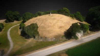 keltisches h gelgrab rekonstruiert - buy royalty free 3d model p1337 p1337 d04f570 am ortsrand befindet sich ein gewaltiges keltisches h gelgrab 48 53 20 n 9 0 35 o das nach den ausgrabungen wieder rekonstruiert wurde mit einer h he von ca sechs metern einem durchmesser von 60 metern z hlt es zu den gr ten seiner art hier wurde um 550 vor christus ein f rst der hallstattkultur mit gro em aufwand reichen grabbeigaben bestattet die lage der grabst tte wurde mit bedacht gew hlt vom h gel aus hat man richtung osten einen freien blick auf den hohenasperg den vermuteten f rstensitz die grabkammer hat eine gr e von 4 70 m 4 70 m war aus eichenholz angefertigt diese kammer wurde von einer weiteren kammer umgeben das ganze zum schutz vor grabr ubern von einer 50 tonnen schweren steinpackung bedeckt quelle https dewikipediaorg wiki keltenmuseum hochdorf - keltisches h gelgrab rekonstruiert - buy royalty free 3d model p1337 p1337 d04f570