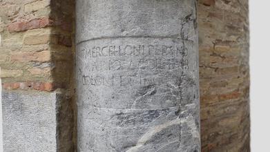 pedestal romano c rdoba - modelo 3d p romero pellitero pablorom 97b0be1 seg n recoge &ldquo historia general de c rdoba 1761 &ldquo las casas de los marqueses de la vega se hall los tiempos morales una hermosa columna marmol cadeno con parte estatua persevera hoi sic esquina del monasterio encarnaci n sic tiene alta siete quartas gruesso m s de tres dedicada memoria de tito marcello persino mario edil cónsul de c rdoba y hellip &rdquo el elemento documentado es un pedestal cil ndrico con cartela y rematado por un capitel inscripci n recogida cartela hace referencia uno de los evergetas que contribuyeron con fondos construcciī n del teatro ciudad poca augustea modelo fotogr metrico realizado con con nueve fotograf as bibliograf http arsoperandiblogspotcom 2008 07 daos-al-patrimoniohtml http bdh-rdde la bnees visorvm id 0000102284&page 1 p g149 - pedestal romano c rdoba - modelo 3d p romero pellitero pablorom 97b0be1